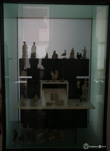 Συλλογή αρχαίων ελληνικών παιχνιδιών στο Αρχαιολογικό Μουσείου στο Τάραντο. Educational purposes only.